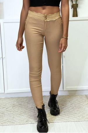 Camelkleurige slimfit broek van stretch met gouden rits en kant
