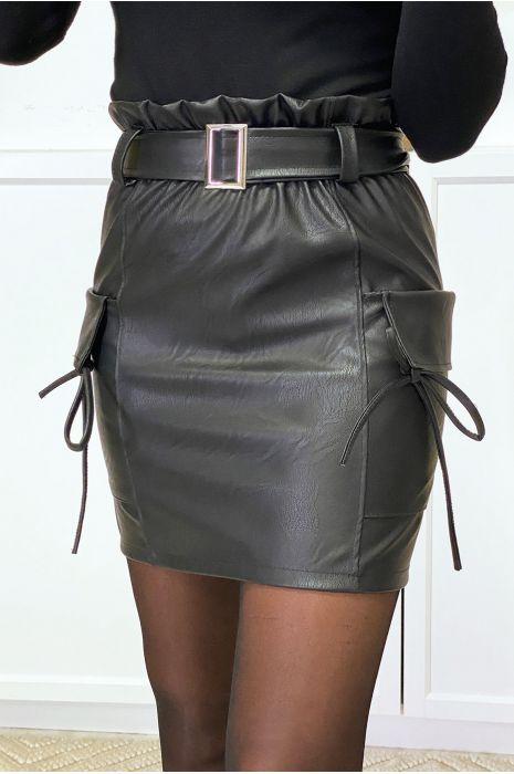 Jupe en simili noir avec ceinture et poches sur les cotés