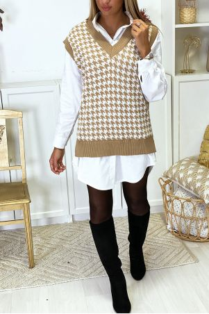 Camel sleeveless V-neck sweater with gingham pattern