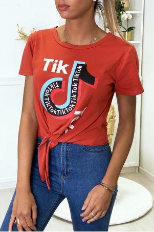 Tee shirt en coton cognac avec noeud et écriture TIKTOK