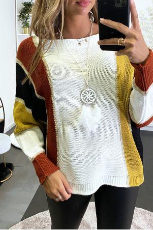 Veelkleurige trui met witte dominantie in gevlochten breisel met verguldsel en vleermuismouwen.