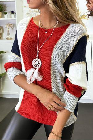 Veelkleurige sweater met overwegend rood gevlochten breisel met vergulding en vleermuismouw.