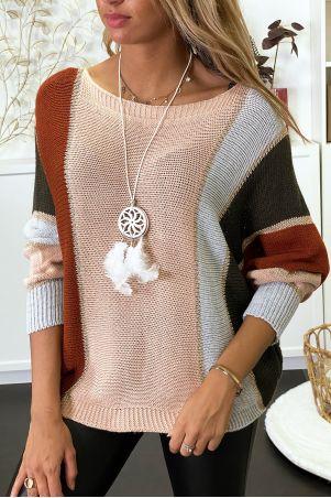 Veelkleurige trui met overwegend roze gevlochten breisel met vergulding en vleermuismouw.