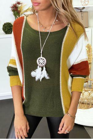 Veelkleurige sweater met kaki dominantie in gevlochten breisel met verguldsel en vleermuismouwen.