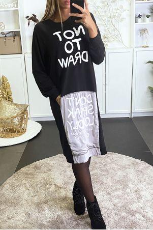 """Lange zwarte sweater met de tekst """"NIET TE TEKENEN"""" en """"NIET LUID TE SPREKEN"""""""