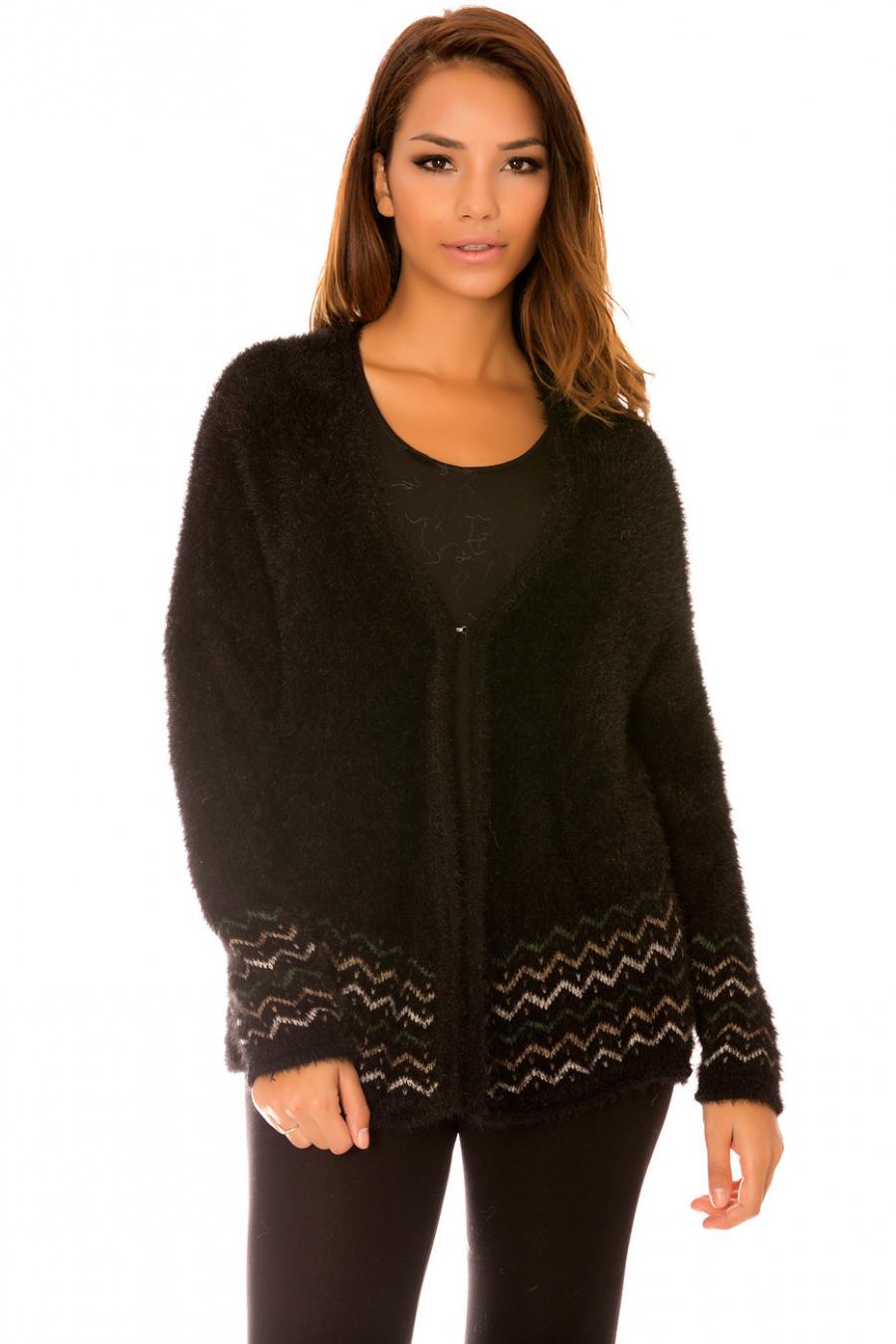 Fluffy zwart vest met haken en patronen aan de onderkant. F9962