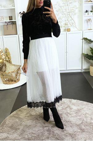 Lange witte tule rok aan de onderkant met zwart kant gevoerd