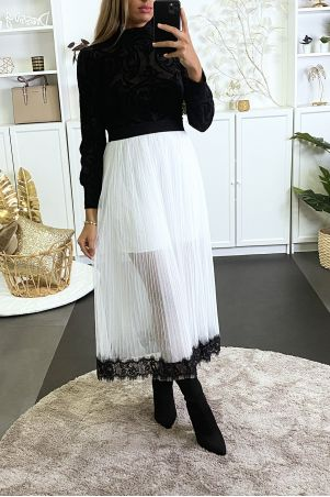 Long white tulle skirt lined with black lace at the bottom