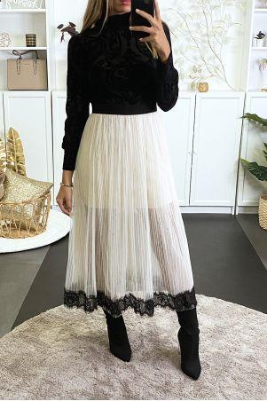 Lange beige tule rok aan de onderzijde gevoerd met zwart kant