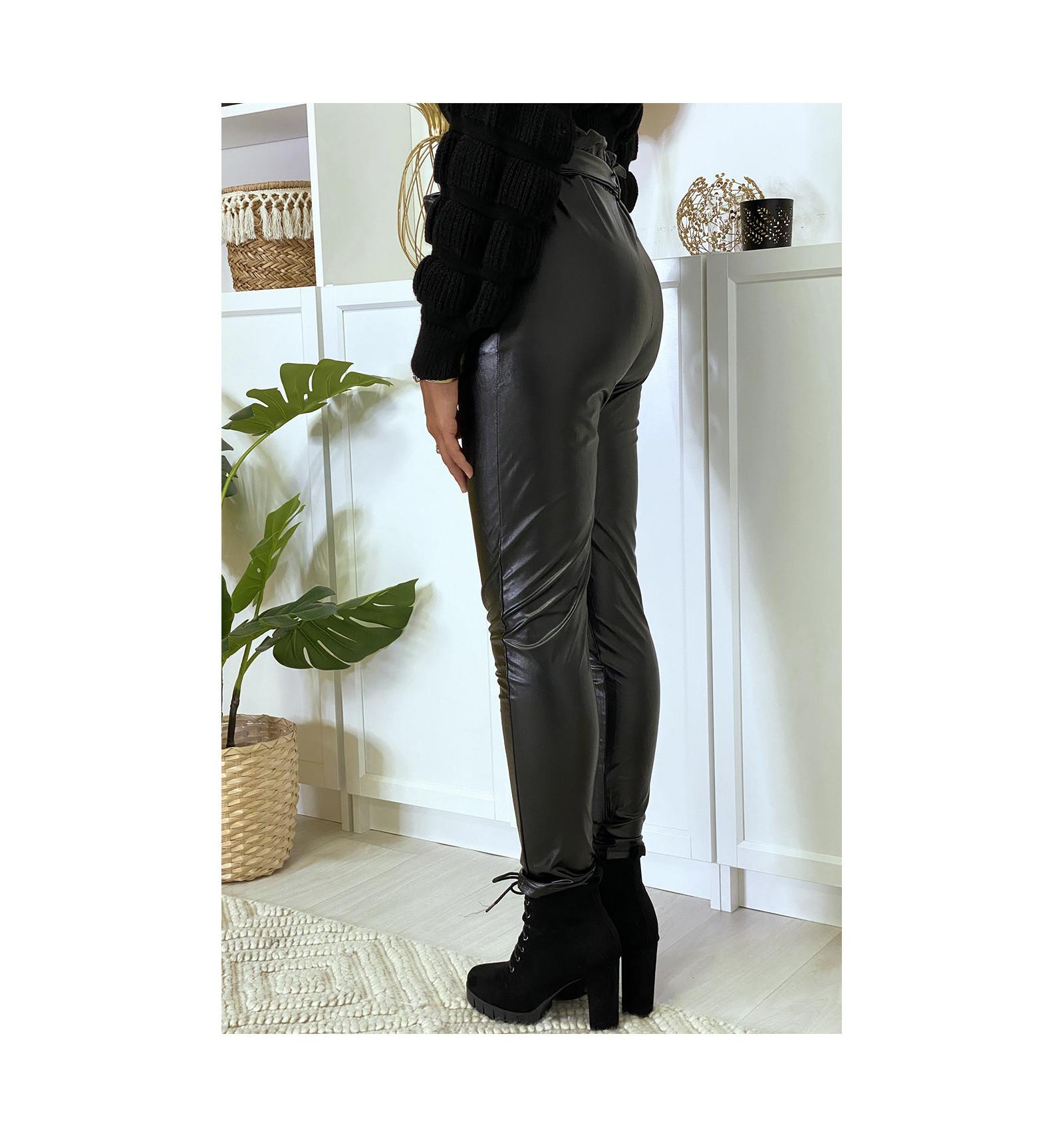 Pantalon en simili noir coupe carotte avec taille froncée et ceinture.