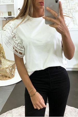 Top blanc avec manches en dentelle