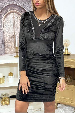 Robe noire en velours froncée à dentelle, strass et manches longues.