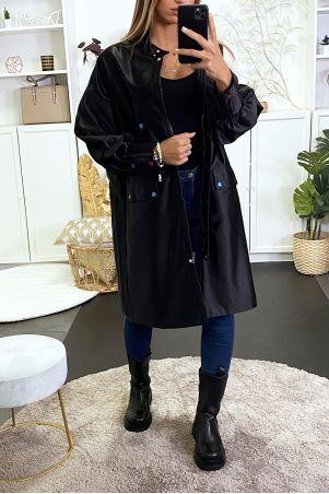 Lange zwarte jas met glanzend effect met knopen en gekleurd stiksel