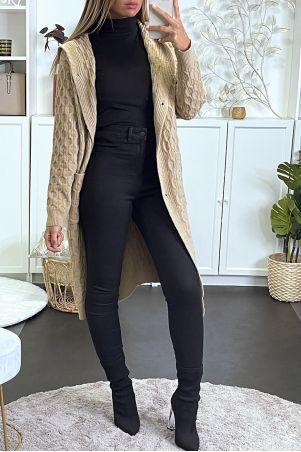 Gilet noir très épais à maille torsadée, capuche et poches.