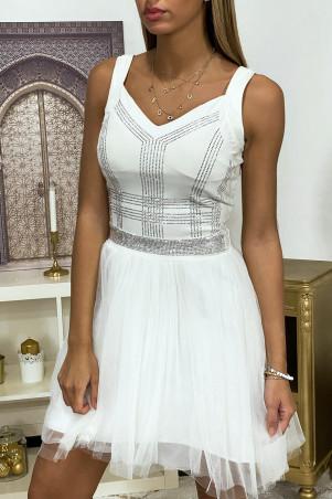 Witte jurk met strass steentjes en wijd uitlopende tule