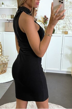 Bodycon black dress with pearl collar
