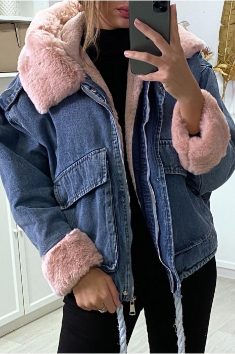 Veste en jean bleue à fausse fourrure rose et capuche