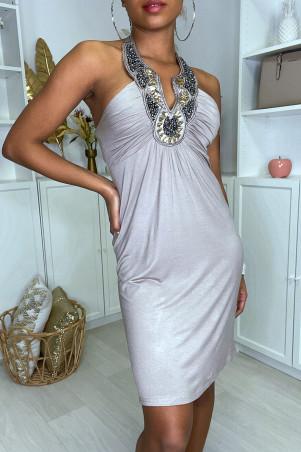 Robe taupe froncé au buste avec accessoire perlé au col