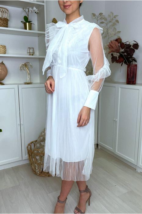 Longue robe blanche en tulle doublé et plissé