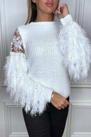 Pull blanc duveteux à manche à frange