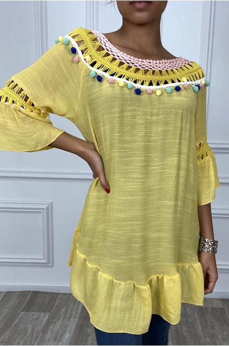 Robe tunique moutarde avec dentelle et pompon au col et aux manches