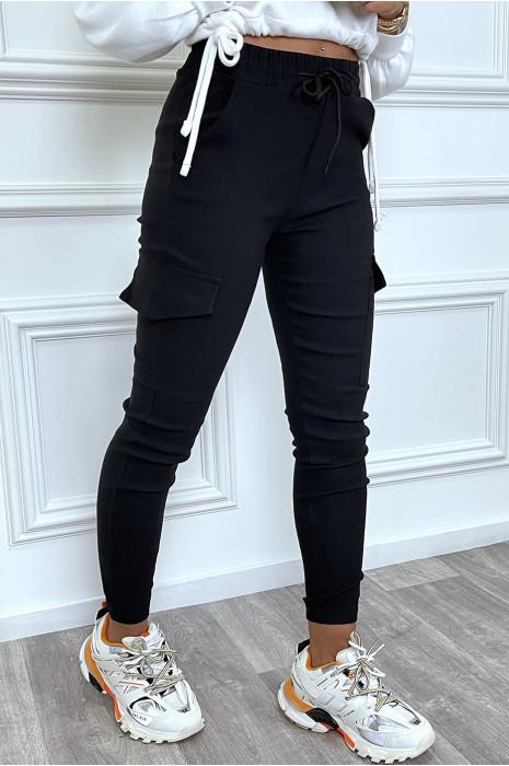 Pantalon cargo noir avec poches et cordon à la taille