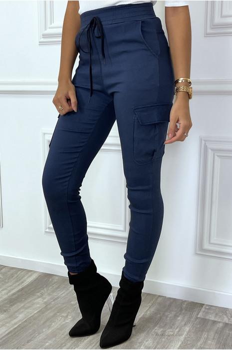 Pantalon cargo bleu avec poches sur les côtés