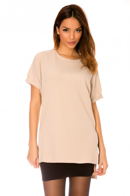 Beige tunic with round neck, opening on the sides decorated with rhinestones. WJ-7138
