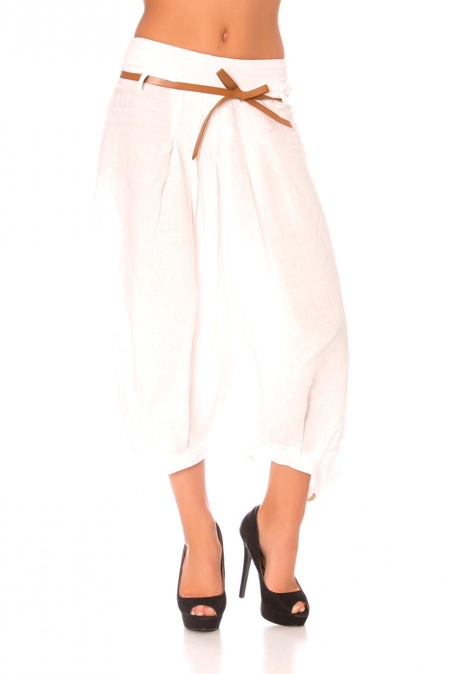 Sarouel large blanc en lin avec ceinture et bouton en bas.