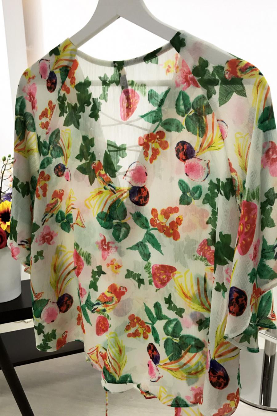 Top Blanc à fleurs avec manches chauve-souris et col à lacets. F6258