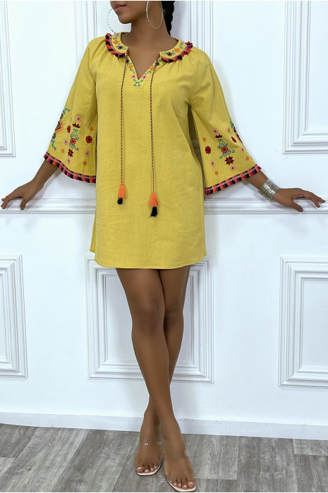 Robe tunique moutarde avec broderie au col et aux manches