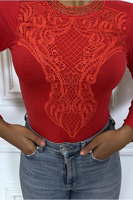 Body rouge avec col doublé en dentelle