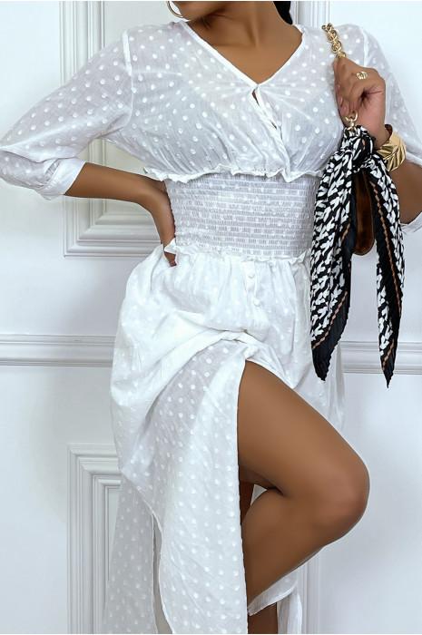 Longue robe blanche cintré à la taille et boutonné à la jupe
