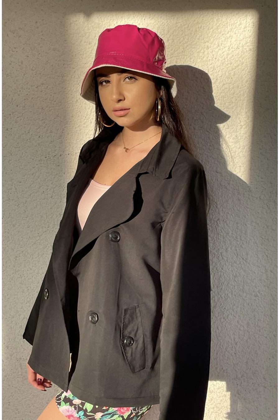 Schitterende kleine zwarte overjas, modeklassiekers. Mode dressoir