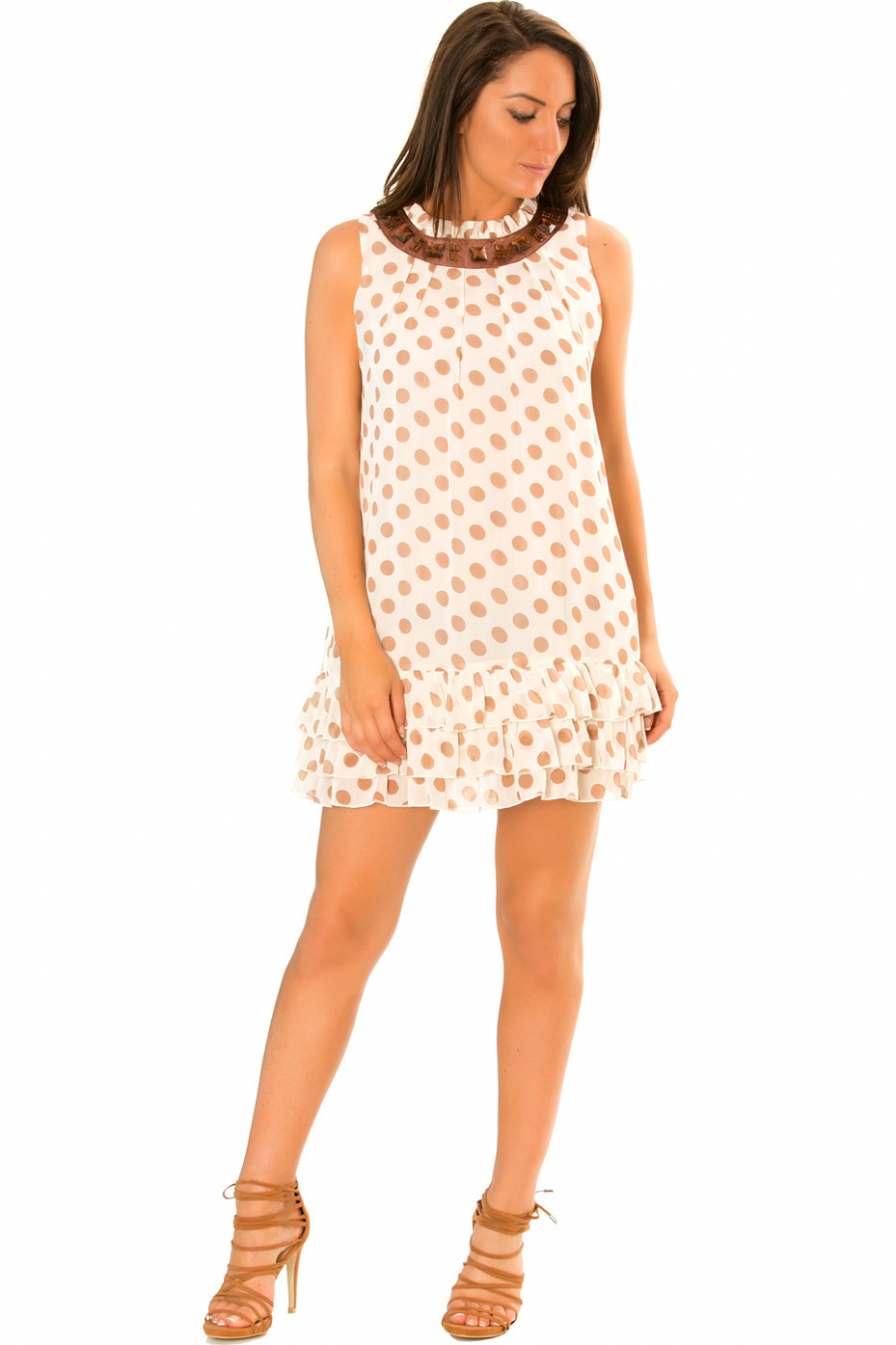 Beige doorschijnende jurk met stippen, onderaan geplooid en ronde hals. 959
