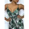 Longue robe d'été blanc et noir à imprimé tropical et cintrée à la taille.