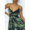 Longue robe d'été verte à imprimé tropical et cintrée à la taille.