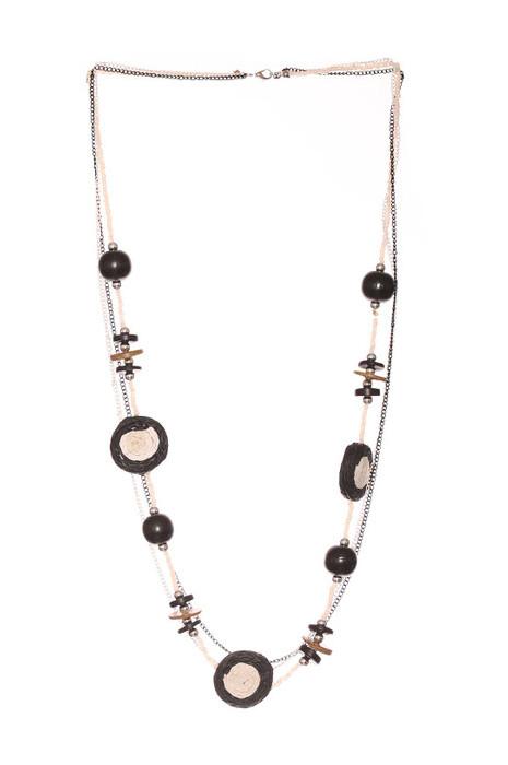Collier noir pour femme avec différentes perles. Mode femme