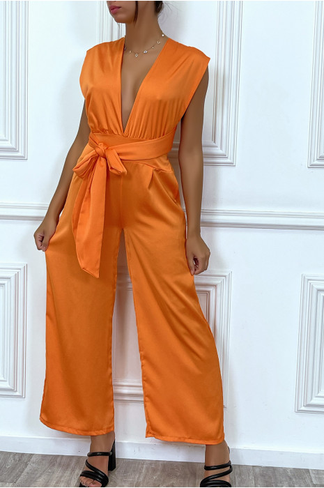 Combinaison orange satinée à col plongeant, à attache réglable au dos