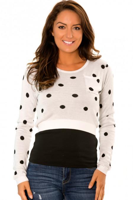 Korte witte sweater, met lange mouwen en zwarte stippen. PU-895