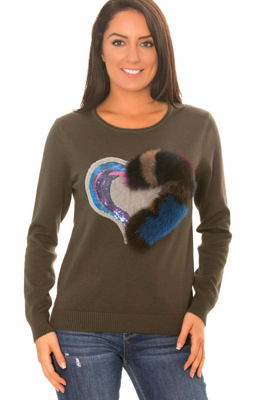Pull kaki très fashion avec motif coeur orné de paillette et de fourrure synthétique coloré. H3117