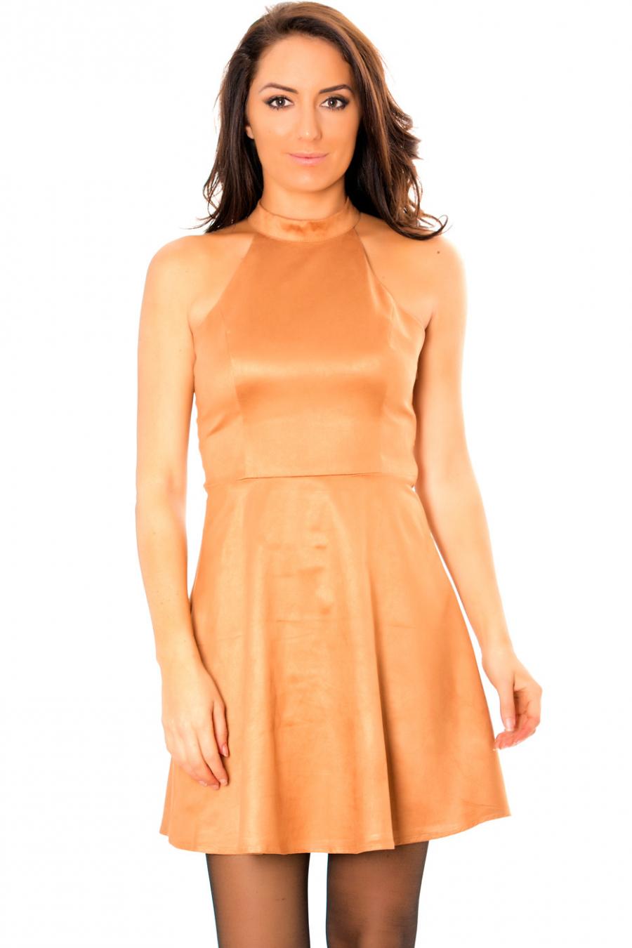 Sublime robe patineuse camel style suédine avec dos à lacets croisés. E3071.
