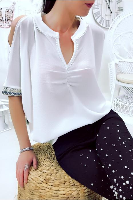 Magnifique blouse blanche style chauve souris avec broderie aux manches. 5695