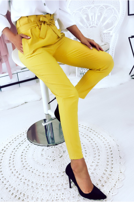 Magnifique pantalon moutarde taille haute avec ceinture.