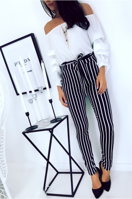 Black and white striped slim pants with pockets and belt. Pants 694