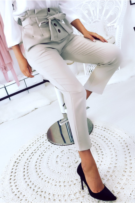 Magnifique pantalon beige taille haute boutonnés à l'avant avec plis et ceinture