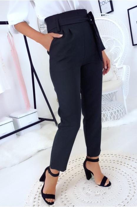 Pantalon noir taille haute avec poche et ceinture. Mode femme
