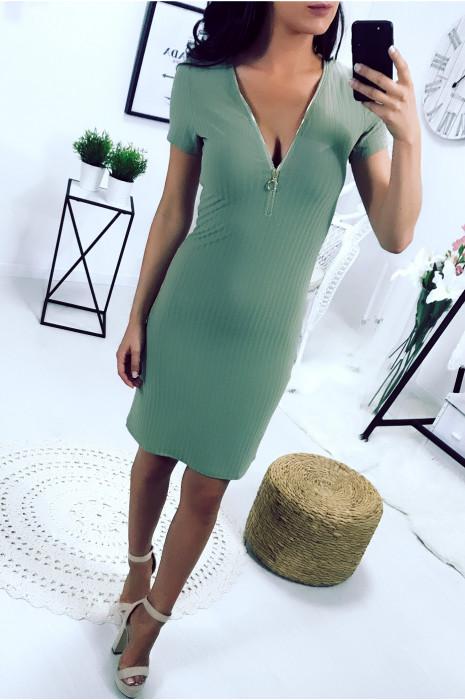 Magnifique robe kaki col V avec zip à l'avant et lacet au dos. Robe 1719