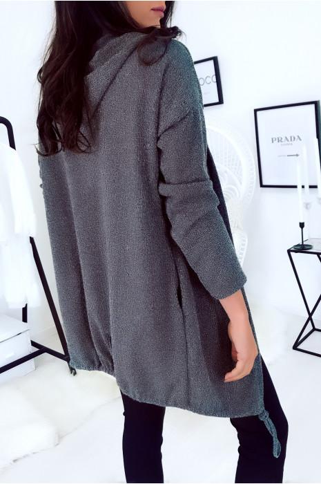 Joli gilet très tendance en gris avec capuche et lacet en bas.