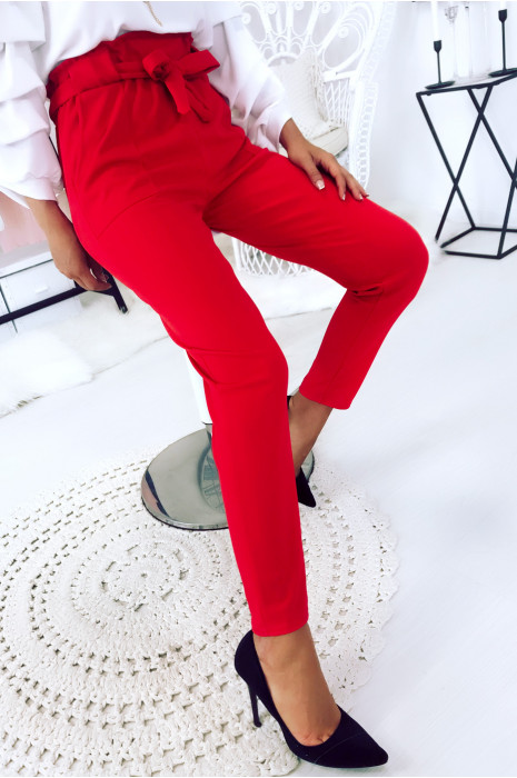 Pantalon cigarette rouge avec poches, gros passant et ceinture. 1702